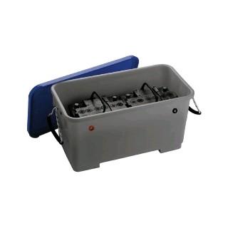 Bac à batterie avec couvercle et trous de passage câblese